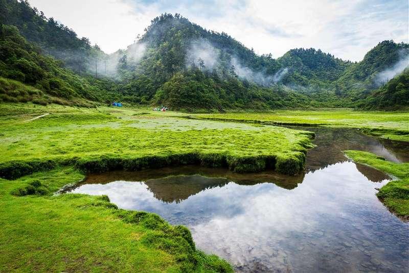 高山湖泊景點推薦-松蘿湖雲霧野營。(圖/Tripbaa趣吧!自由行專家)