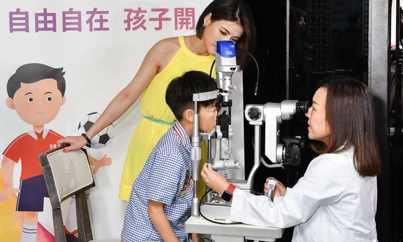 藝人徐小可與大兒子白開水,一起分享近視度數控制經驗。(圖/精萃公關提供)