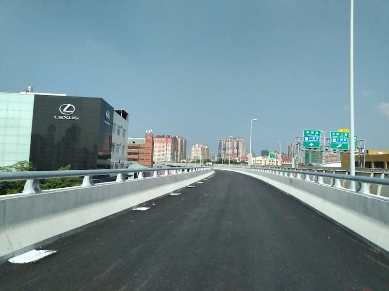 國道1號鼎金系統交流道改善-國10東向銜接國1北上匝道工程。(圖/工務局提供)
