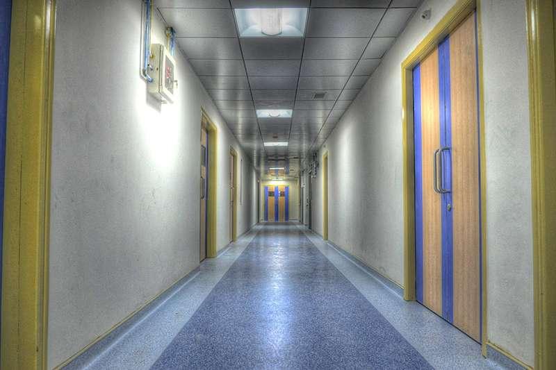 精神病院有許多規定,窗戶不能開、不能帶打火機、連吃飯都不能用筷子。(圖/取自Pixabay)