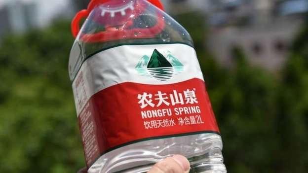 紅色瓶蓋的農夫山泉飲用水遍布中國各地都能買到。(圖/BBC News 中文提供)