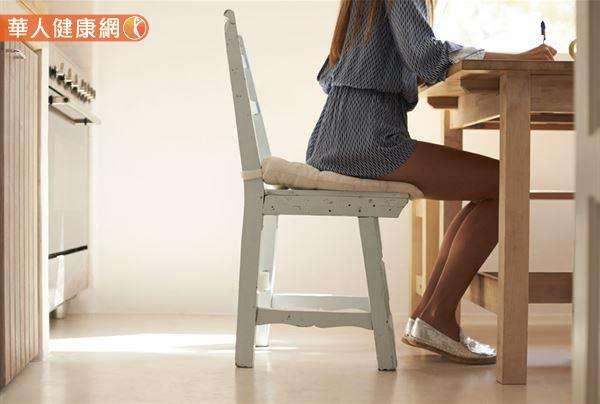 坐在一張可以讓膝蓋呈90度的椅子上,立起骨盆,坐正。(圖片僅為示意)(圖/華人健康網)
