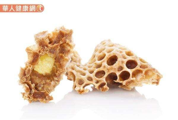 蜂王乳是工蜂將花粉與花蜜消化吸收後再製而成,故根據蜜蜂種類、採集花蜜花源、區域的不同,蜂王乳的質量、組成也會有所差異。(圖/華人健康網)