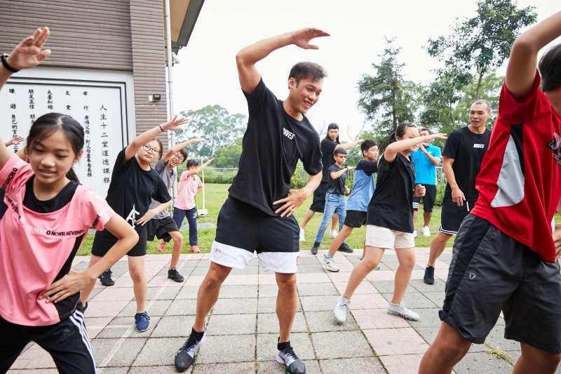 樟湖生態國中小學生為台北富邦勇士隊主題曲「這場我在」編舞,球員們跟小朋友一起跳舞。(富邦金控提供)