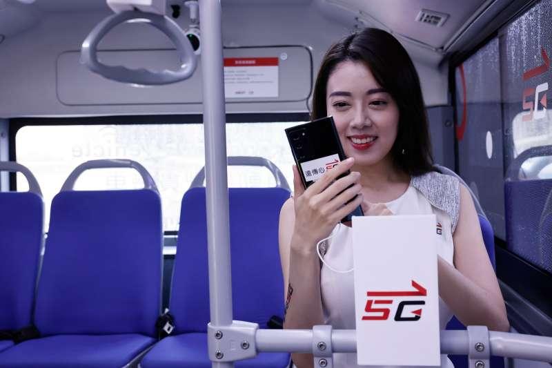 遠傳5G專車內配有搭載friDay影音「明星多視角」服務的手機,5G娛樂無所不在。(遠傳電信提供)