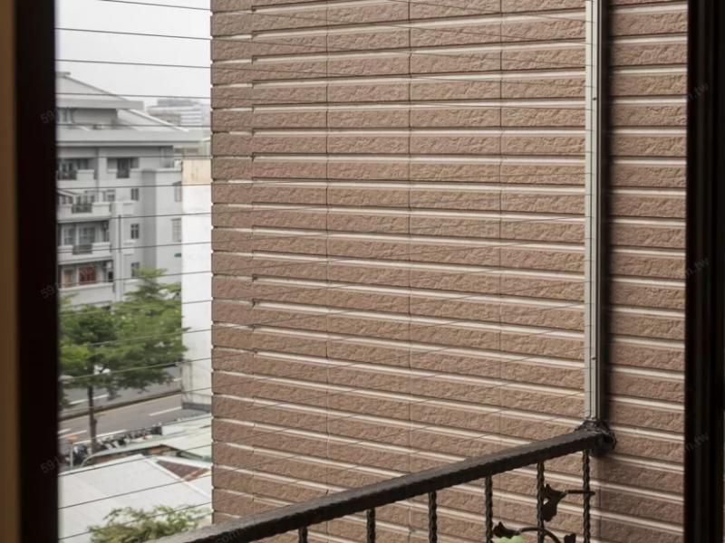 家中有12歲以下兒童的住戶,可以在陽台設置隱形鐵窗等防墜設施。(圖/591房屋交易網,朵卡室內設計提供)