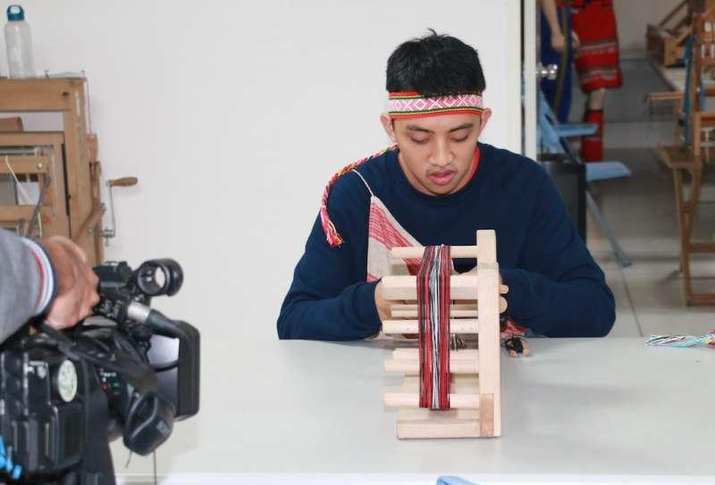 宋偉成雖年輕卻擁有精湛的織布工藝技術。(圖/李梅瑛攝)