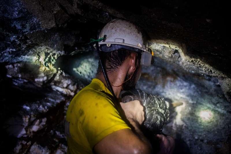 開採黃金變得越來越困難,成本越來越高。(圖/BBC News)