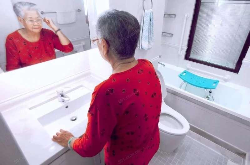 家中有老人家,浴室最好使用感應燈方便長輩半夜如廁。(圖/591房屋交易網提供)