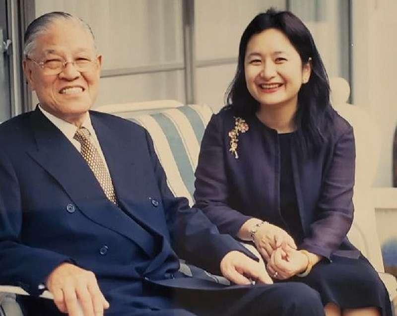 筆者(右)與前總統李登輝(左)之合照。(李靜宜提供)