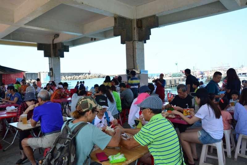 每到假日市集湧入品蟹饕客,總是一位難求。(圖/新北市農業局漁業處提供)