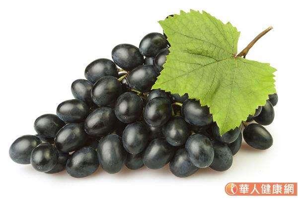 在4種顏色的葡萄當中,維生素B1含量略勝一籌的是黑葡萄(每100g為0.07mg)。(圖/華人健康網)