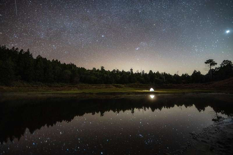 滿天星斗的加羅湖看起來真的如同珍珠一顆顆散落湖中(圖/Instagram@chun.1989提供)