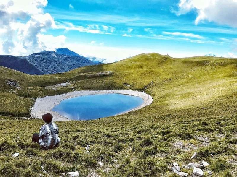 湛藍的湖面如同璀璨的藍寶石(圖/teukfish__kazi@instagram提供)