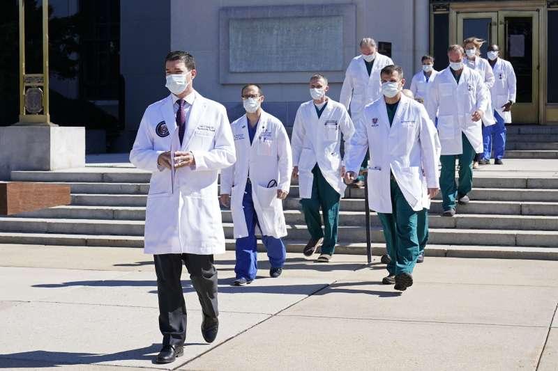 美國總統川普確診新冠肺炎住院,白宮御醫康利(Sean P. Conley)率領醫療團隊出席記者會。(AP)