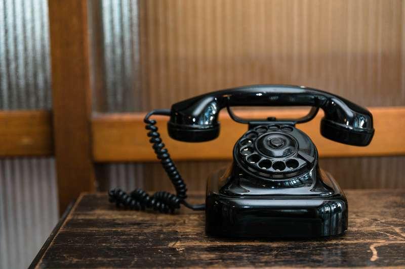 電話與米奇鑰匙圈,這兩個東西就這樣硬生生地塞入美津子的子宮內。(示意圖/pakutaso)