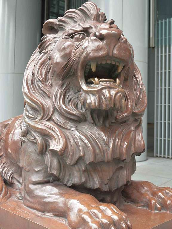 被視作鎮店之寶的滙豐獅,在反送中運動中慘遭潑紅漆與火燒。(圖/取自滙豐官網)
