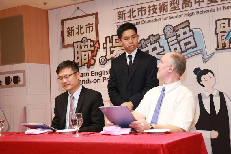 教育局長張明文與外籍教師扮演外國客人,由學生扮演餐飲服務人員,全程使用英語進行對話。(圖/李梅瑛攝)