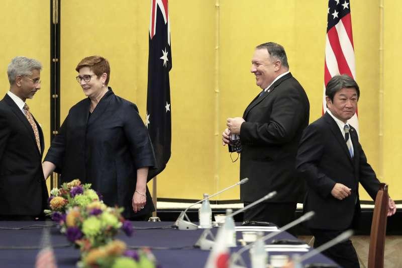 2020年10月6日,美日澳印四國外長在東京舉行四方安全對話,由左至右分別為印度外長蘇傑生、澳洲外長佩恩、美國國務卿龐畢歐、日本外相茂木敏充(AP)