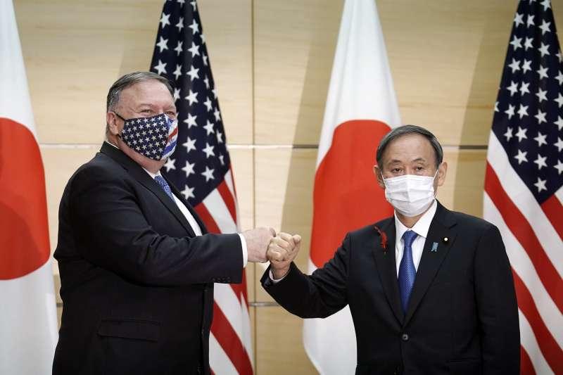 2020年10月6日,美國國務卿龐畢歐出訪日本,與日本首相菅義偉會面。(AP)