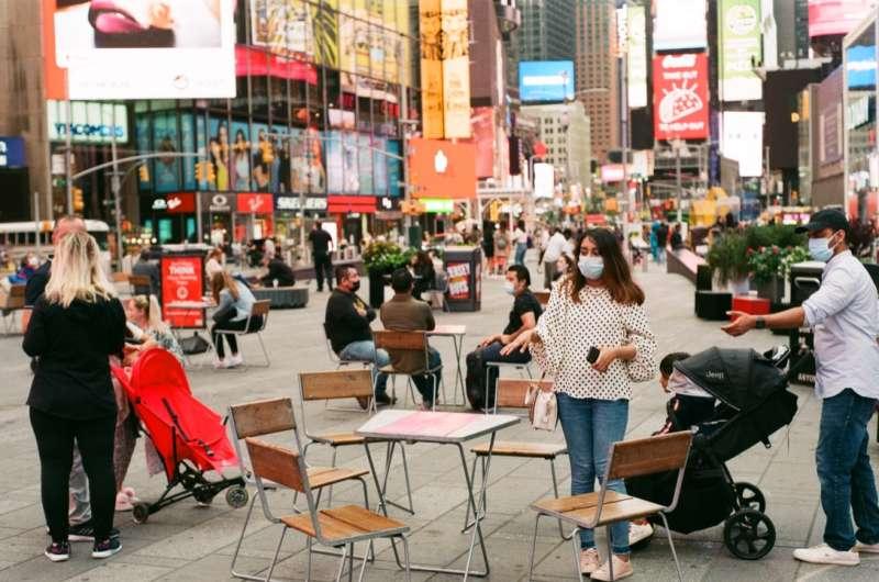 隨疫情越來越嚴重,部分美國人才開始戴起口罩。(圖/Eddie Velasquez@ flickr)