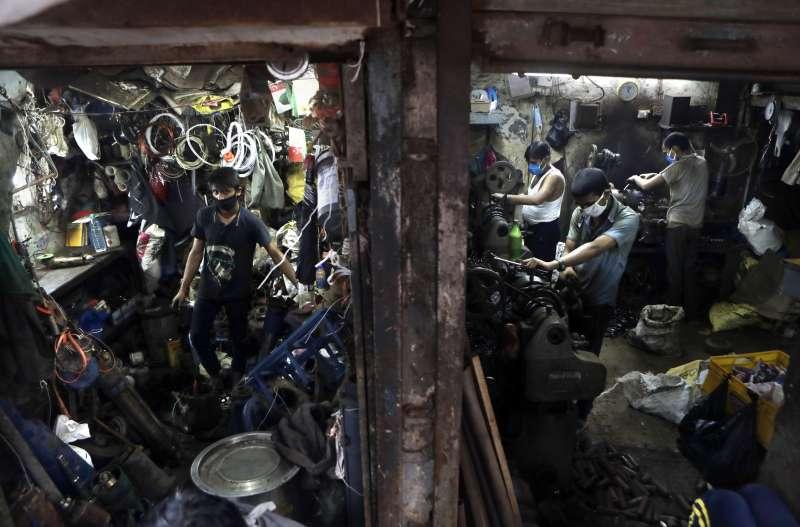 世界銀行表示,2020年新冠肺炎、氣候變遷及多起軍事衝突皆導致極端貧窮人口下降趨緩。(美聯社)