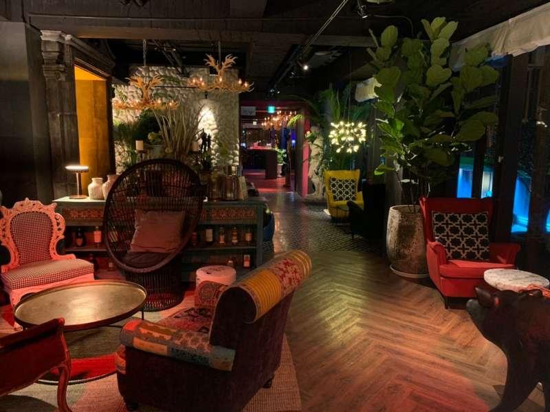 Chill Play另一區為都市叢林lounge,結合亞洲到歐洲的混搭沙發與常綠植株,在暈染的氣氛燈光下感受不一樣的時尚舒適感。(圖/Chill Play去憂不累提供)