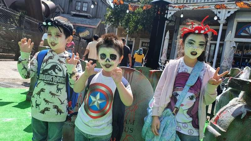 六福村貼心安排專業彩妝師進駐美西大街,沒有預先準備的遊客都能秒變惡靈,一起加入搞鬼行列。(六福村提供)