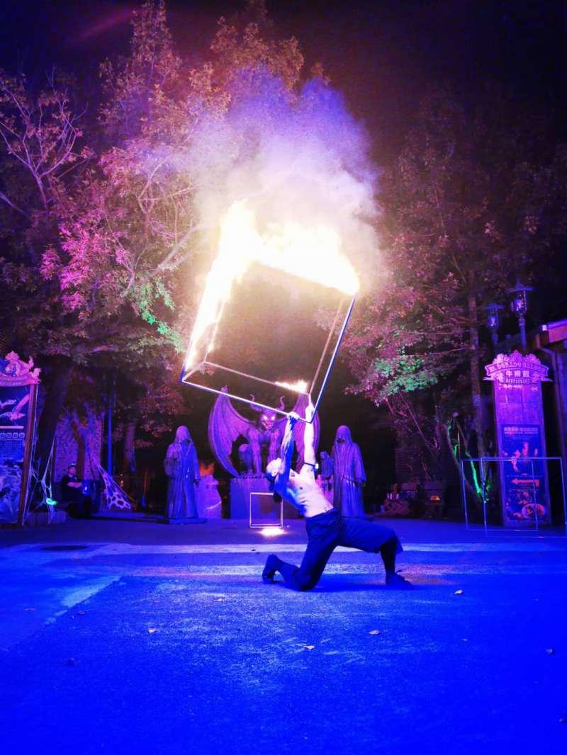 具有雲門舞者資歷、亞洲Cube第一把交椅-趙敦毅,10月10日、11日兩天也將獨家帶來國家級表演「火立方」。(六福村提供)