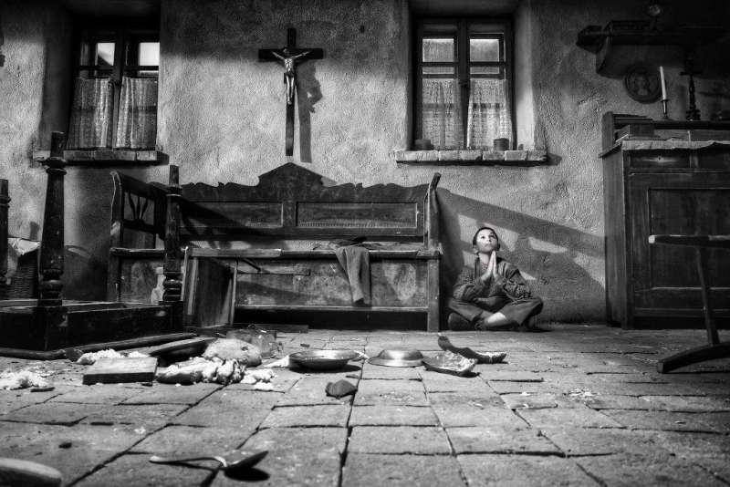 《異端鳥》劇照。片中男孩意外流落鄉間,看盡人性醜惡與不幸。(聯影電影)