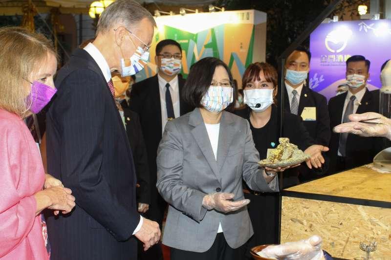 20201010-總統蔡英文(中)出席「中華民國109年國慶酒會」,左二為AIT處長酈英傑。(蔡親傑攝)