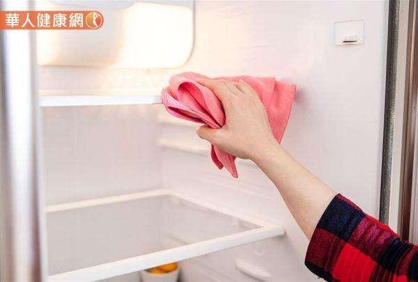 一旦打開冰箱難聞的異味就撲鼻而來時,就該積極著手,一一檢查食物是否過期、腐敗,包裝狀況有無問題。(圖/華人健康網提供)