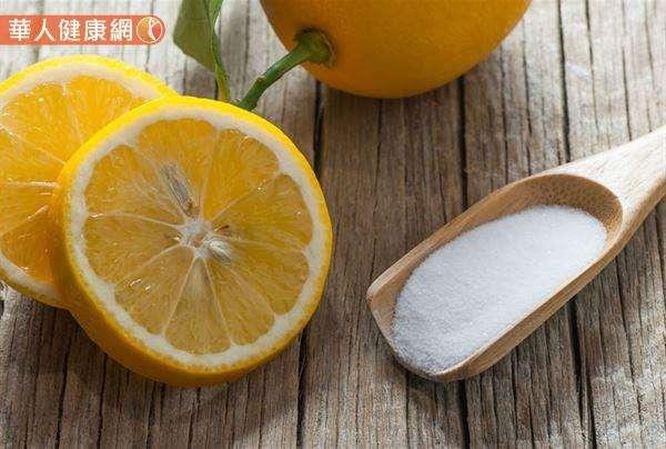陳映如老師表示,小蘇打、檸檬、咖啡渣等3種居家非常容易取得的小物,都是自製冰箱除臭劑的好材料。(圖/華人健康網提供)