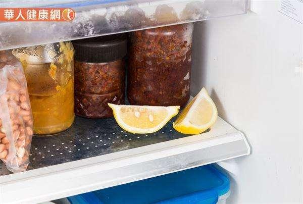 檸檬塊、檸檬片對於降低冰箱因存放肉品、海鮮等生鮮食品產生的異味特別有效。(圖/華人健康網提供)