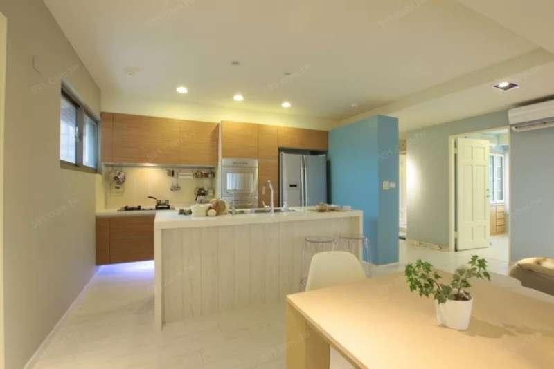 若是住家空間不大的話,中島吧檯的設計反而會降低空間活用的彈性。(圖/591房屋交易網提供)