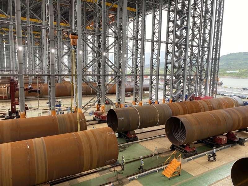 在沃旭能源協助下,世紀風電克服生產挑戰,完成大彰化離岸風場首批水下基樁生產。(沃旭能源提供)