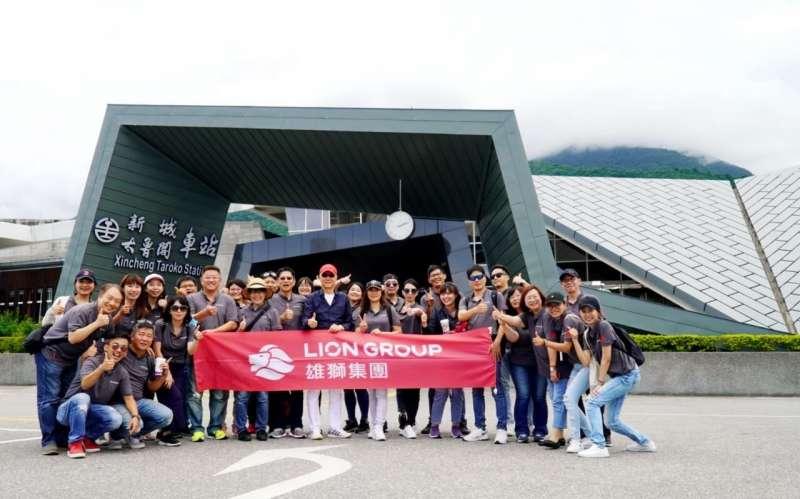 20201013-為深度經營國旅市場,雄獅集團董事長王文傑也到台灣各處踩點,激勵員工。(雄獅旅遊提供)