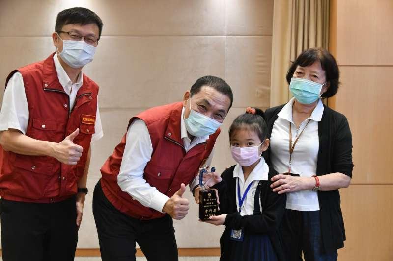 蘆洲國小二年級的林妍希同學由奶奶陪同領獎。(圖/新北市教育局提供)