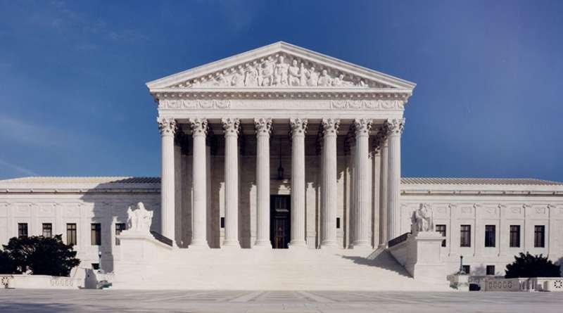 圖:美國最高法院門楣上方的雕塑:孔子、摩西、梭倫。(取自美國最高法院網站)