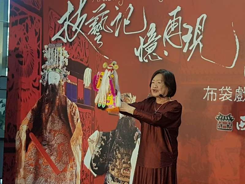 臺灣布袋戲史第一女演師江賜美藝師現場表演「看家戲」。(圖/方詠騰攝)