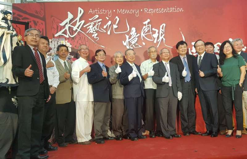 西田社布袋戲基金會捐贈珍貴社藏文物,民間戲曲傳統文化交給交大持續發揚光大。(圖/方詠騰攝)