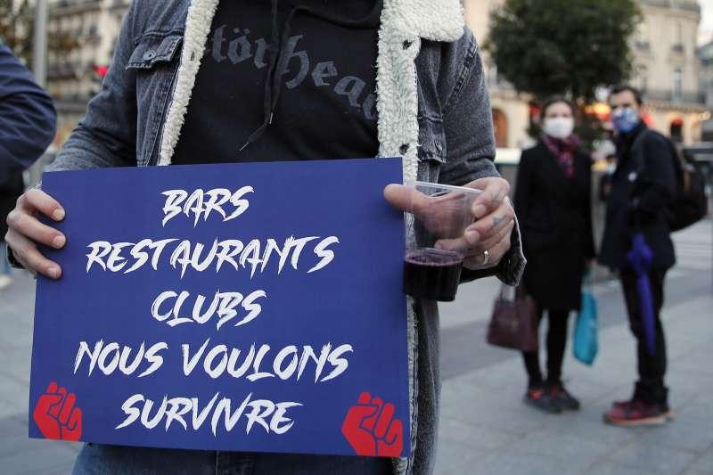 「酒吧、餐廳、俱樂部,我們要生存」。2020年新冠肺炎疫情重創法國,餐飲業受災最慘(AP)