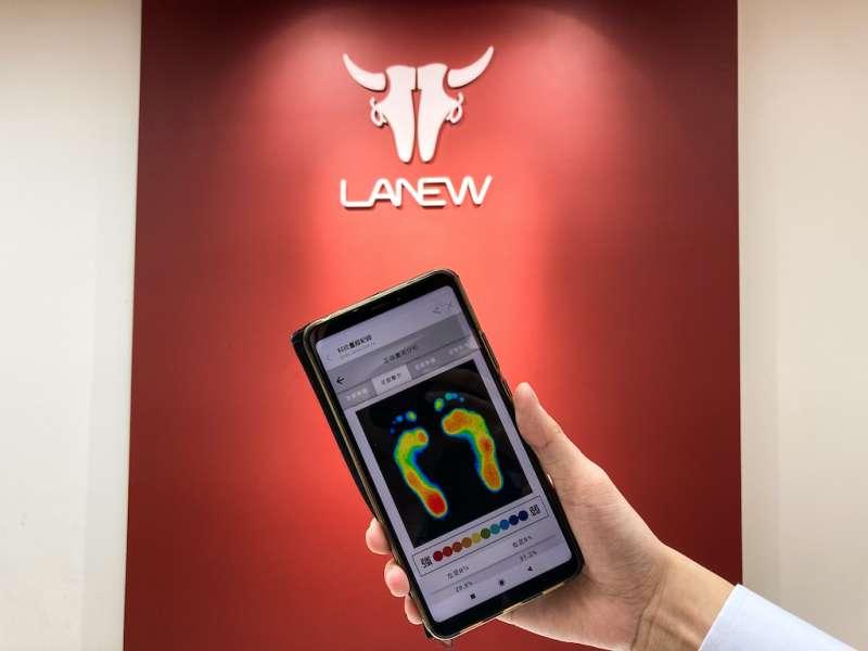 LA NEW 2.0服務再升級!科技量腳踏上雲端,線上版足測報告「雲足跡」輕鬆掌握足部狀況。(圖/業者提供)