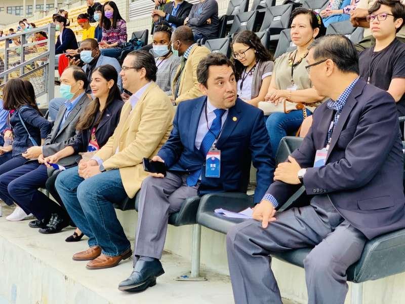 2020台灣拉美盃足球賽:外交部常次曹立傑(右1)與瓜地馬拉駐台大使葛梅斯(簡恒宇攝)