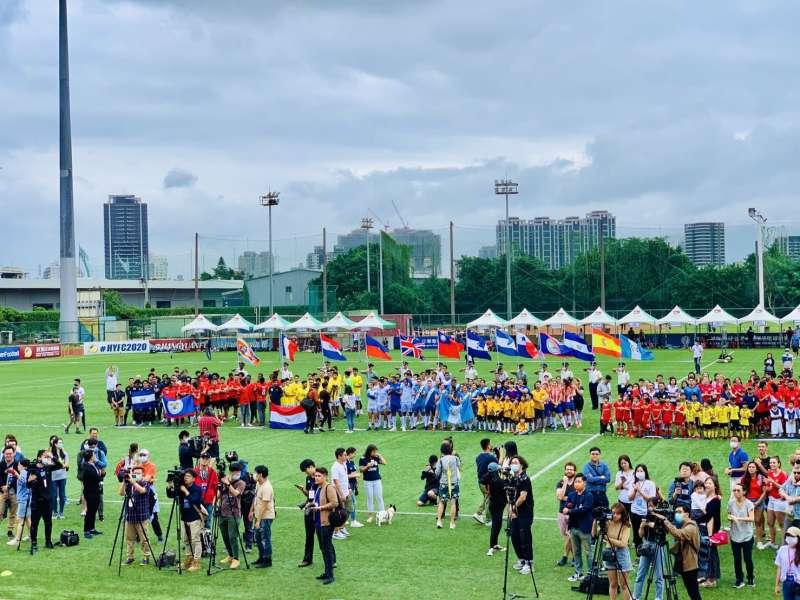 2020台灣拉美盃足球賽:儀隊高舉參賽國家隊伍旗幟(簡恒宇攝)