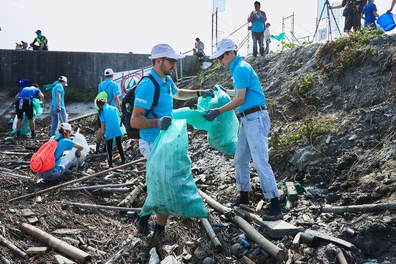 海龍離岸風電計畫(Hai Long Offshore Wind Project)召集同仁,於10月18日參加「彰化縣各界節能減碳聯合淨灘護海洋活動—大城潮間帶淨灘暨海漂垃圾攔截收集首試行動」。(海龍提供)