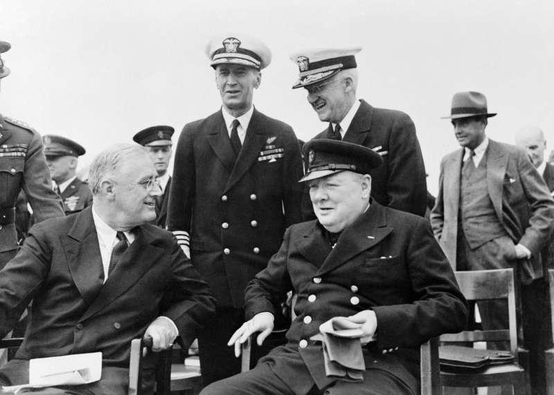 羅斯福與邱吉爾簽署《大西洋憲章》,兩人的關係顯然沒有照片上看來那麼友善,因為美國打造新世界的理想,有一半是衝著大英帝國來的。(照片來源:帝國戰爭博物館,許劍虹提供)