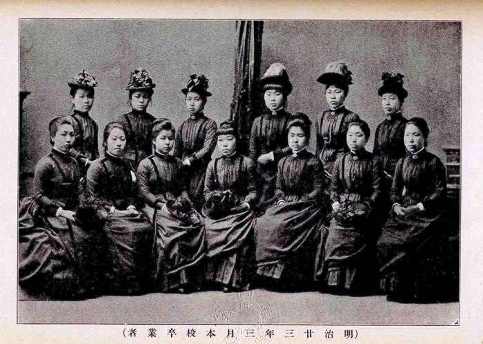 東京女子師範學校,受到政府全盤西化的影響,所以女性開始穿起了洋裝。(圖/擷取自kanzo@Pinterest)