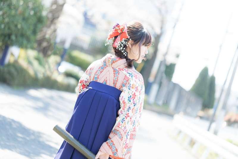 「女袴」比起「男袴」更像是現代的長裙,因此與有分左右兩褲管的「男袴」,更適合女性穿著。(示意圖/pakutaso)