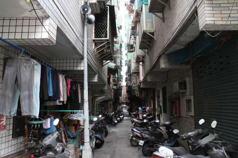 大陳社區都更重建前照片1-巷弄狹窄。(創意家提供)